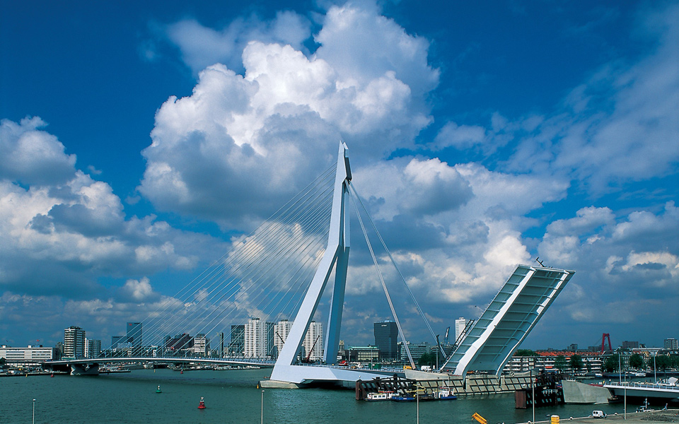erasmus-bridge_built_exterior_christian-richters